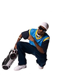Hip-hop giovane con boombox su sfondo bianco