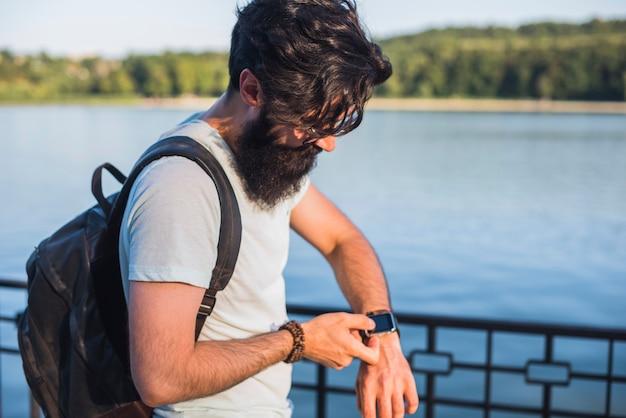 Hipster in vacanza vicino al lago