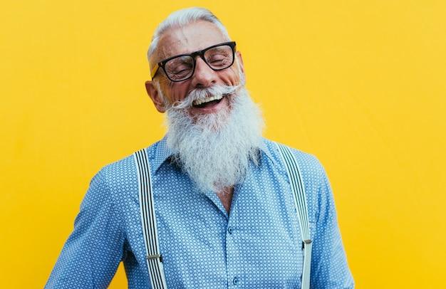 Hipster senior con eleganti ritratti di barba