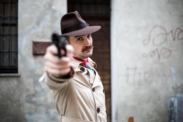 Hitman punta la pistola verso la telecamera, concetto di esecuzione