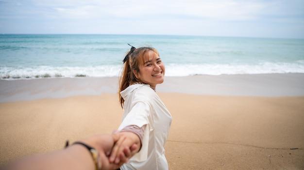 Ho preso la mano della mia ragazza per andare al mare.