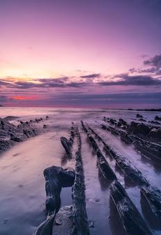 Ho visto pietre sulla spiaggia di sakoneta e il suo bellissimo flysch nella città di deba, all'estremità occidentale del geopark della costa basca, guipúzcoa. paesi baschi