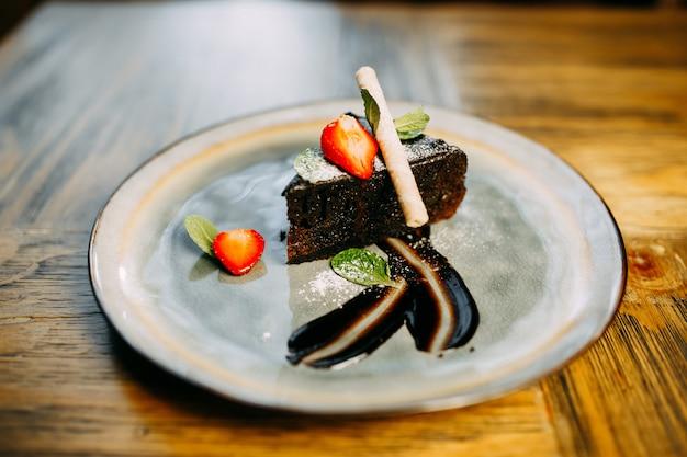 ? hocolate dessert con fragole sul piatto.