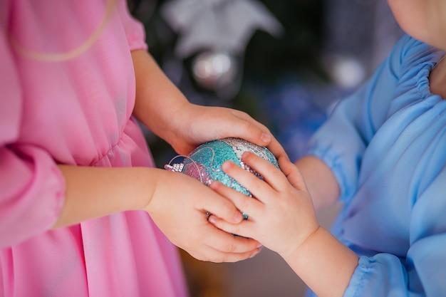Holding del giocattolo di natale dai bambini