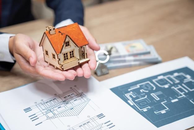 Holding house che rappresenta la proprietà della casa e il business immobiliare