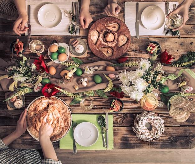Home celebrazione di amici o familiari al tavolo festivo