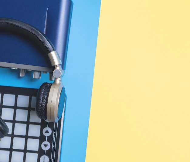 Home strumento di studio musicale con cuffia su spazio giallo blu copia per concetto di musica
