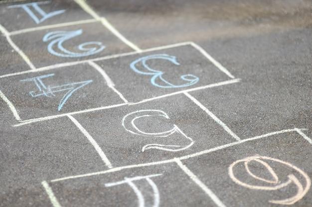 Hopscotch dipinta di gesso sull'asfalto