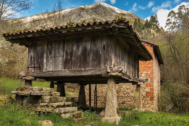 Horreo asturiano. fienile asturiano. architettura popolare a riocaliente. asturie. spagna.