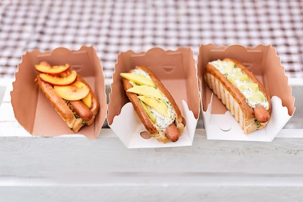 Hot dog con frutta in confezione di carta