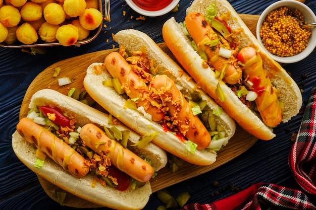 Hot dog con le polpette su una tavola di legno