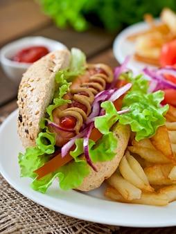 Hot dog con senape e lattuga ketchup sulla tavola di legno.