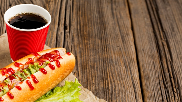 Hot dog con soda e copia spazio