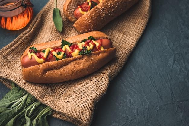 Hot dog e salsiccia con verdure salvia