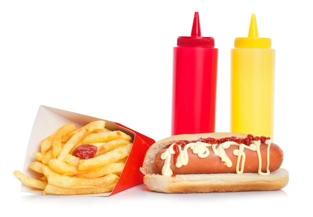 Hot dog fresco e saporito con patate fritte