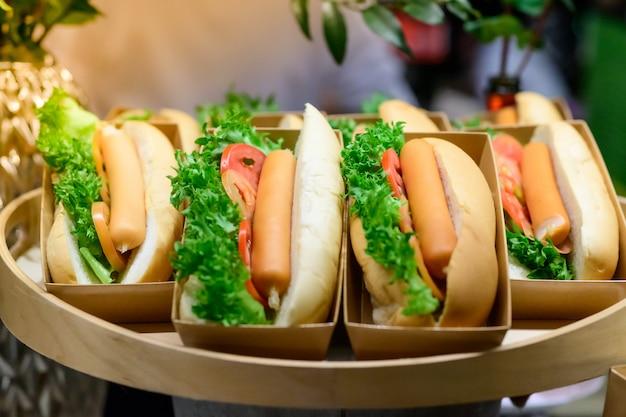 Hot dog, insaccati di sabbia con verdure verdi