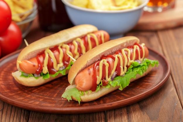 Hot dog su fondo in legno