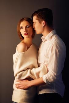 Hot sexy coppia innamorata l'uno vicino all'altro. posa erotica. baci e abbracci.