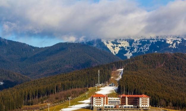 Hotel alto della costruzione di appartamento a bukovel, ucraina. architettura residenziale nella zona di montagna.