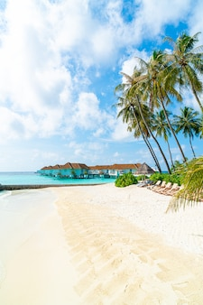 Hotel e isola di vacanze tropicale delle maldive con la spiaggia e il mare per il concetto di vacanza di festa