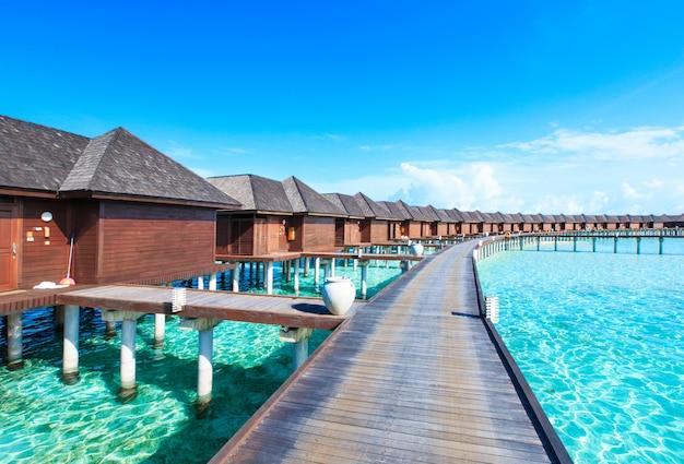 Hotel esotico alle maldive. cabine di legno sul mare