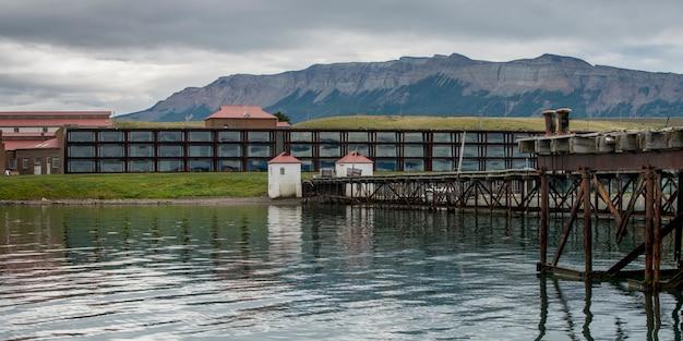 Hotel singolare con catena montuosa sullo sfondo, puerto natales, patagonia, cile