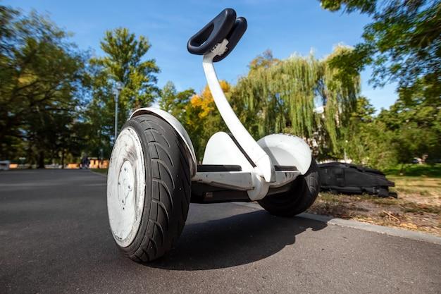 Hoverboard bianco o scooter auto-bilanciante nel primo piano del parco