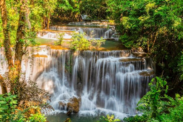Huai mae khamin waterfall con la luce del mattino kanchanaburi, thailandia