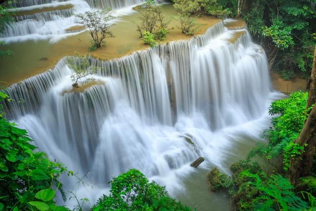 Huay mae kamin waterfall nel parco nazionale di khuean srinagarindra.