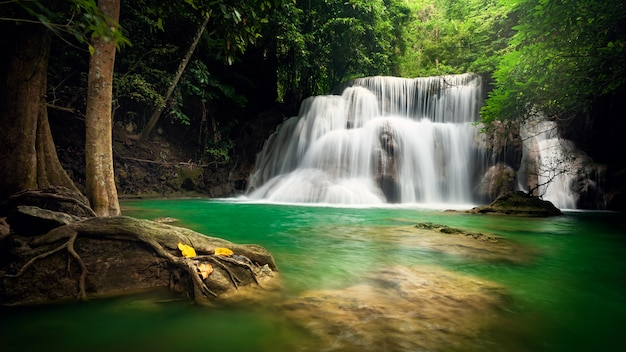 Huay mae khamin waterfall, questa cascata è verde smeraldo nella provincia di kanchanaburi, in thailan