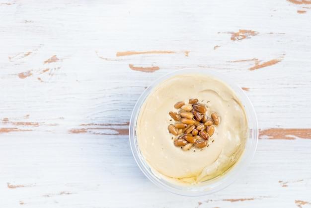 Hummus classico a base di ceci con pinoli in cima