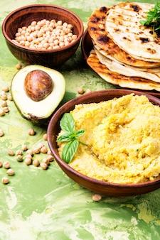 Hummus classico con sul piatto