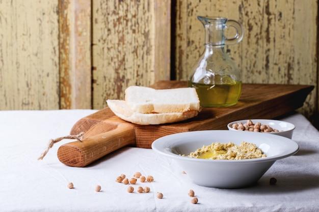 Hummus fatto in casa su un piatto