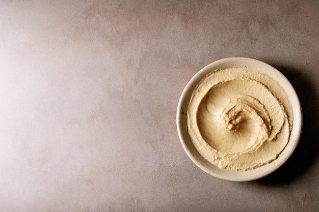 Hummus in ciotola di ceramica