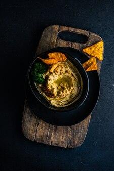 Hummus piatto tradizionale con ingredienti