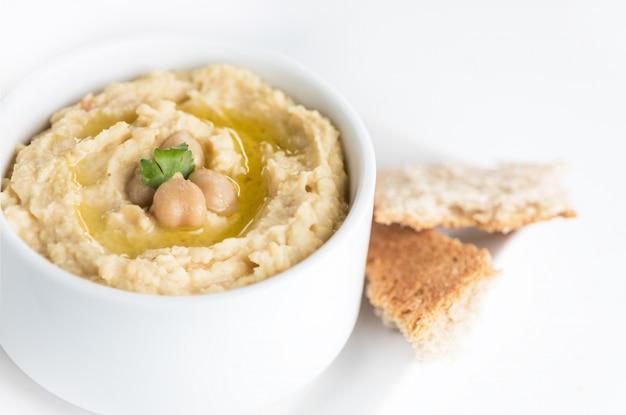 Hummus tradizionale di ceci in un piatto con olio d'oliva.