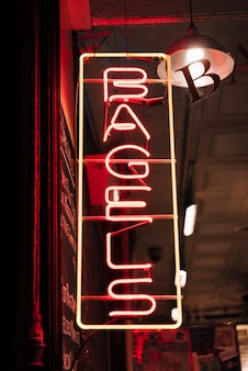 I bagel firmano dentro le luci al neon per gli spuntini deliziosi