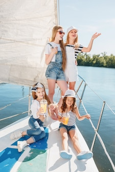 I bambini a bordo dell'yacht del mare