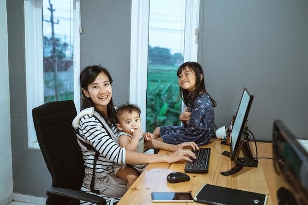 I bambini adorano giocare con la madre mentre lavorano