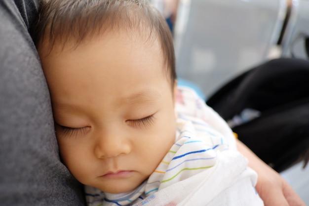 I bambini asiatici stanno dormendo.