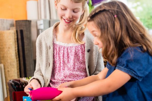 I bambini che acquistano forniture nel negozio di artigianato