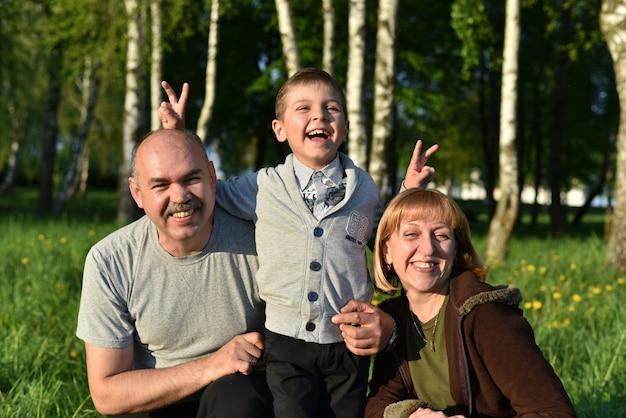 I bambini con i genitori giocano nel parco