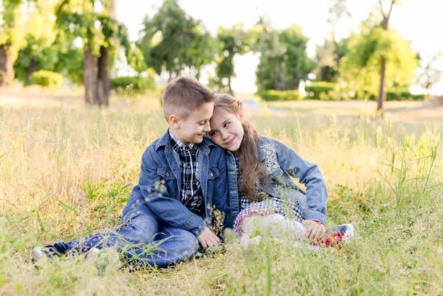 I bambini correnti emozionanti nel campo verde giocano insieme