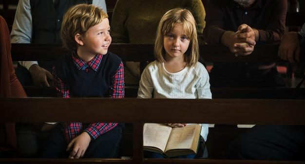 I bambini della chiesa credono nella famiglia religiosa di fede