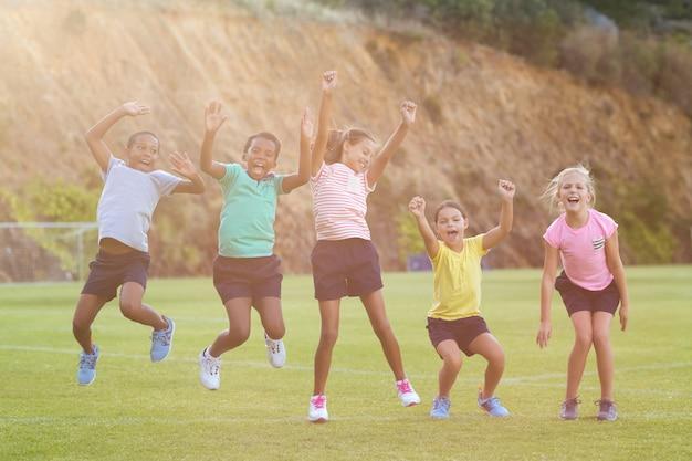 I bambini della scuola si divertono nel parco giochi