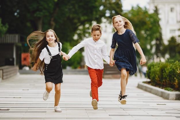 I bambini felici trascorrono del tempo insieme in una città estiva