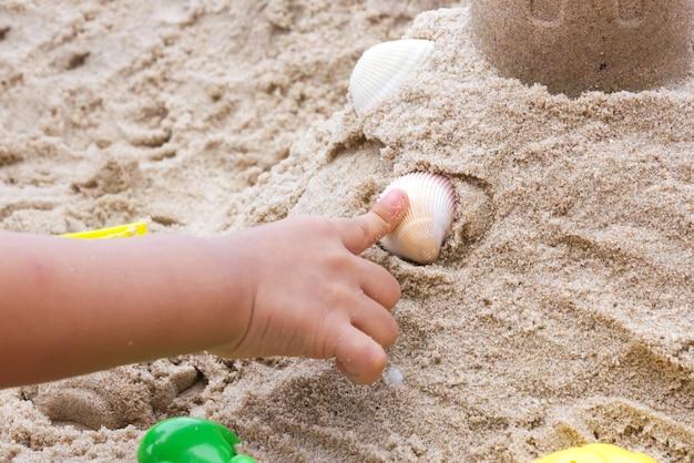 I bambini giocano a giochi sulla sabbia.