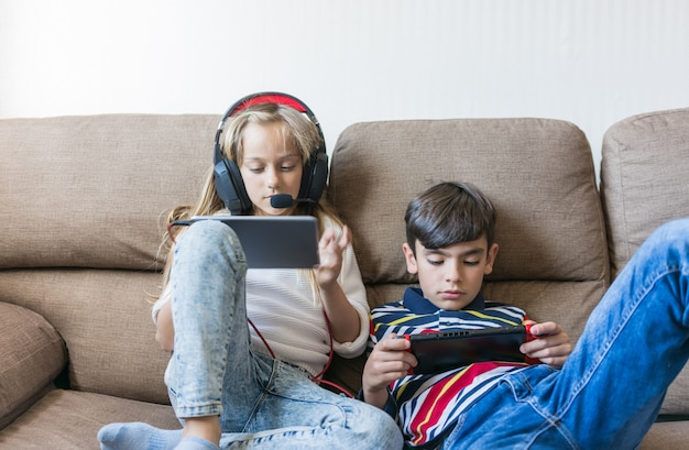 I bambini giocano felicemente ai videogiochi.