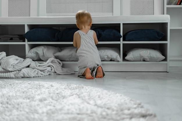 I bambini giocano in casa, l'atmosfera familiare. fratelli trascorrono del tempo insieme.