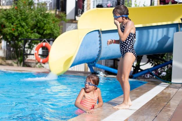 I bambini giocano in piscina e ridono